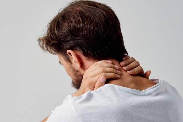 Neck pain: what caused it and how to get rid of it quickly?